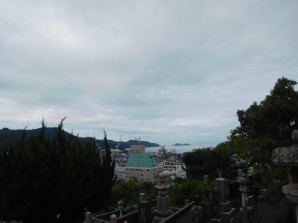 妻の実家の墓地から見える八幡浜湾