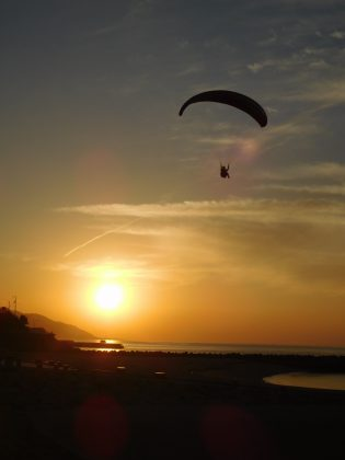 夕日とパラグライダーのコラボレーション