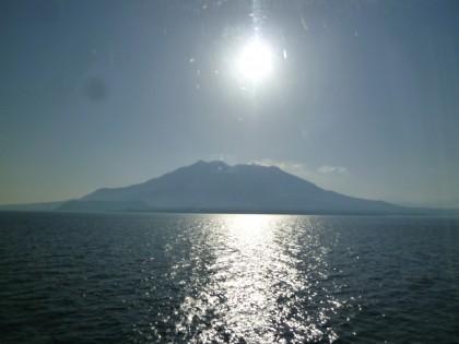 朝日に輝く桜島