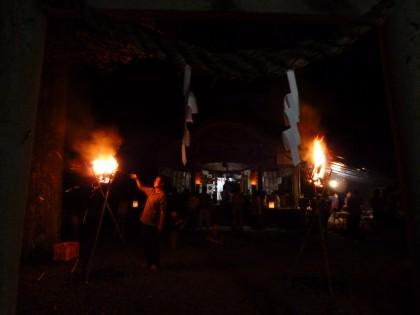 かがり火の焚かれた夜神楽会場の熊野神社境内