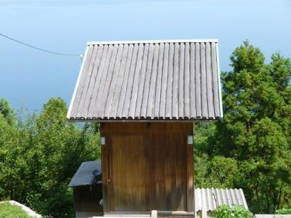 息子の発案で竹で葺いたロケーション風呂の屋根