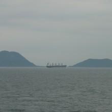 思い出の雄由利島と雌由利島を取り持つように走る貨物船