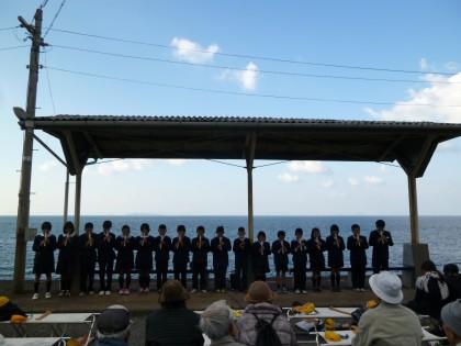 一列に並んで合唱する下灘小学校の子どもたち