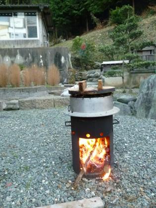 移動式かまどでヒジキを炊く