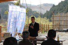 日高村講演会で講演する私