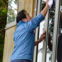 黙々と窓拭き掃除をする浜田さん