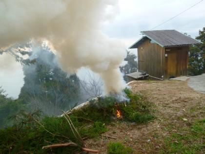 煙たなびく残材焚き火