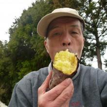 焼き芋を一人頬張る