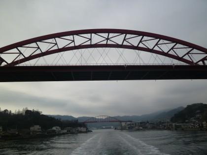 手前が新しい橋、向こうが古いループ橋