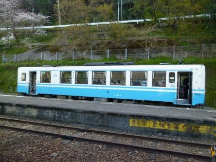 長浜駅で対向列車を待つ下り列車