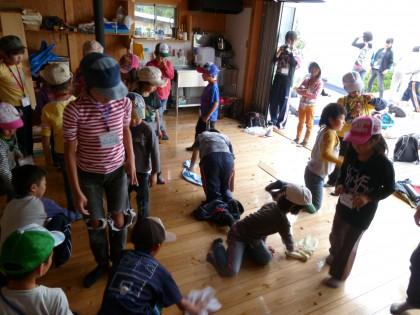 ゲーム感覚で賑やかに掃除をする子どもたち