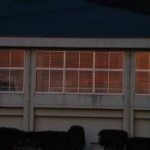 中学校の体育館の窓に映った夕景
