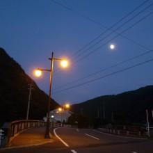 上灘川橋の街路灯とお月様