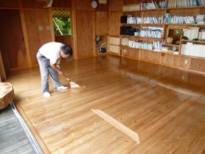 水平線の家板間の掃除とワックス塗り作業