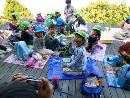 お弁当を食べる園児たち