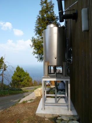 水平線の家の西側に設置した水槽タンク