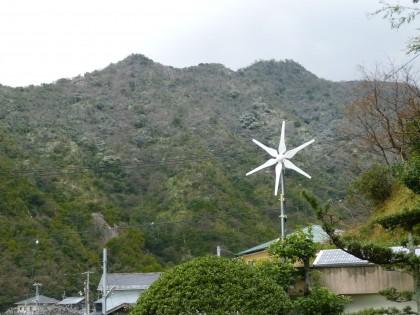 向かいの山も薄っすら雪化粧