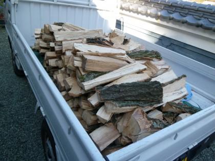家の庭で朝夕割った薪をトラックに積んで人間牧場へ運ぶ