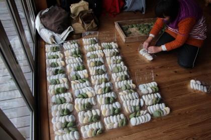 若嫁たちの手によって並べられたお持ち帰り用と配布用の大量のお餅