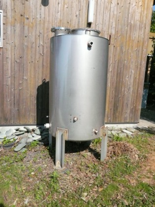 出番を待つステンレス製水タンク